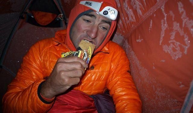 Ueli Steck desayuna a 6.100 m en el Annapurna durante su aclimatación  (www.uelisteck.ch)