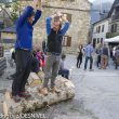 Alex Txikon bromea enseñando a Ferrán Latorre a cortar troncos en el EMMeet 2013