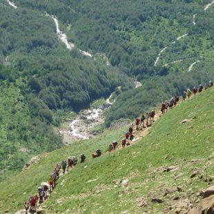 Jóvenes de un campamento durante una marcha organizada por Montañas Seguras en el verano del 2012.  (Prames)