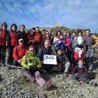 Un grupo de montañeros exhibe la bandera del Día Internacional de la Montaña en el Turó de lHome.  (We love mountains)