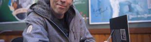Dani Andrada firmando libros en la presentación El juego de escalar en la Librería Desnivel  ()
