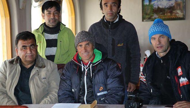 Ralf Dujmovits y Darek Zaluski (con gorro azul) en Chilas.  ()