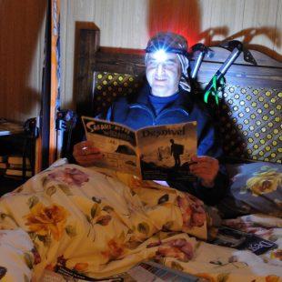 Gonzalo Cantos lee con fruición uno de los primeros número de Desnivel con la linterna Led Lenser que le tocó después de que su relato titulado Solo fuer elegido como uno de los tres mejores. Puedes leerlo en Grandes Espacios 195.  ()