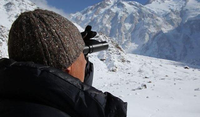Ralf Dujmovits estudia la pared del Diamir del Nanga Parbat invernal  (Darek Zaluski)