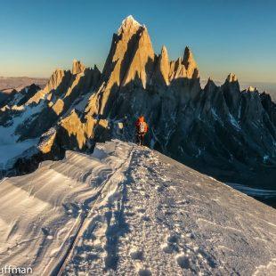 Iniciando el descenso desde la cumbre del Cerro Domo Blanco (Patagonia) (Neil Kauffman / www.planetkauffman.com)