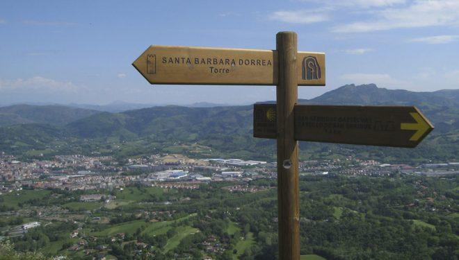 Señales del Camino de Santiago del Norte en el monte Jaizkibel.  (Dioni Serrano)