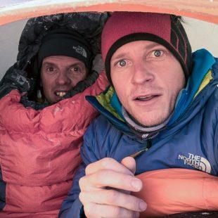 Simone Moro y David Göttler esta noche (8 febrero 2014) en el campo 1 del Nanga Parbat.  (© The North Face/David Göttler)