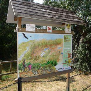 Panel del Camino Natural del Lozoya en El Cuadrón. Este camino es la columna vertebral del Centro BTT Valle de Lozoya.  (IMBA)