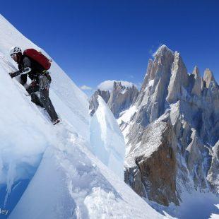 Rolando Garibotti en la rimaya de la cara este del Cerro Piergiorgio (Patagonia)  (Colin Haley)