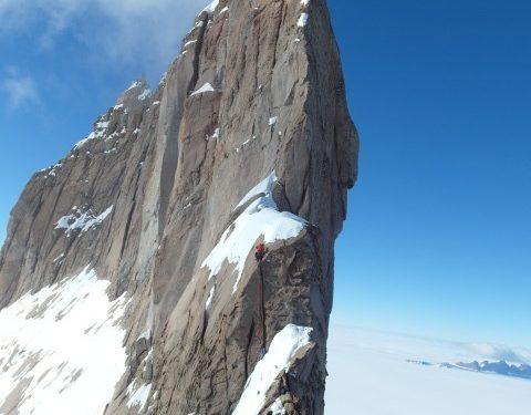 Últimos largos antes de alcanzar la cima del Ulvetanna (Antártida) por su arista sur.  (Cortesía Andy Kirkpatrick)
