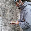 Midiendo la resistencia de una superficie calcárea por medio de un esclerómetro.  (Asac Formación)
