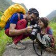 Dhaulagiri2011. Trekking Muri-Boghara. Sito Carcavilla bromea con unos niños.  (©Darío Rodríguez/Desnivel.com)