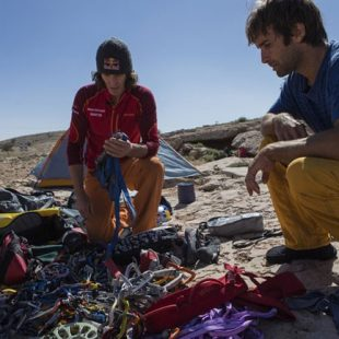 Chris Sharma y Stefan Glowacz en los preparativos de su proyecto Into the light  (© Klaus Fengler/Stefan Glowacz (Redbull.com))