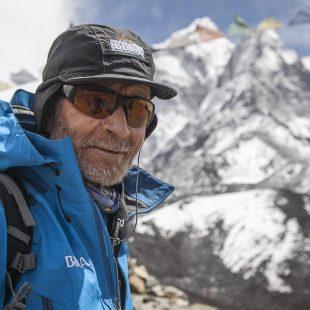 Carlos Soria en el trekking aclimatación antes de intentar ascender el Kangchenjunga