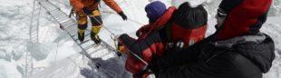 Campo Base del Everest 2011. La expedición oficial nepalí (30 miembros) cruzando una escala en la Cascada de Hielo.  (©Darío Rodríguez 2011)