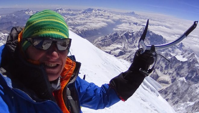 Denis Urubko en la cima del Kangchenjunga el 19 de mayo 2014. La alcanzó en solitario dede el C4 por la ruta británica  (c) Denis Urubko)