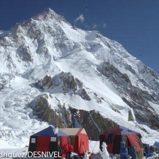 Vertiente sur del K2 visto desde el campo base. A la derecha el espolón Abruzos.  ()