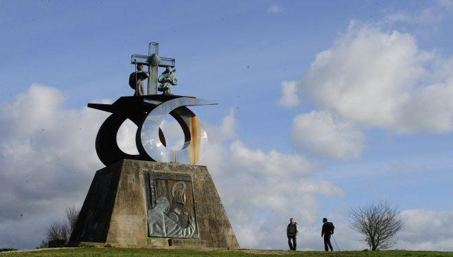 Dos peregrinos llegan al Monte del Gozo.  (Darío Rodríguez)