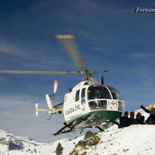 Práctica en Candanchú del Grupo de Rescate e Intervencion de Montaña de la Guardia Civil (GREIM).  ()