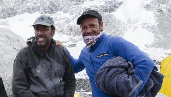Una imagen de archivo de Miguel Ángel Pérez con Ferrán Latorre en el campo base del Everest (2011). Coincidieron en el K2 (2004) donde fallecería Miguel Ángel Pérez.  (© Darío Rodríguez/DESNIVEL)