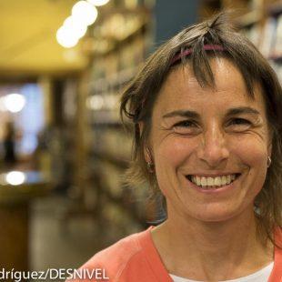 """La corredora Nuria Domínguez en la presentación en la Librería Desnivel del libro de Juanjo Alonso """"La vuelta al mundo en bicicleta"""" (julio 2014)  (Darío Rodríguez)"""