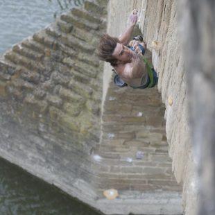 Daniel Woods en la compe de psicobloc en Puente La Reina (Red Bull Creepers)