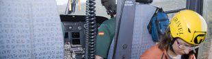 Un médico de la sanidad aragonesa en un helicóptero del Grupo de Rescate de la Guardia Civil.  (Fernando Rivero)