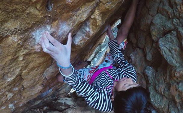 Ashima Shiraishi en Golden shadow 8B+ de Rocklands  (Kenji Tsukamoto)