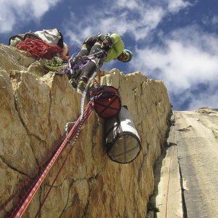 Alex Txikon porteando material en la Gran Torre del Trango (2014)  (Alex Txikon)