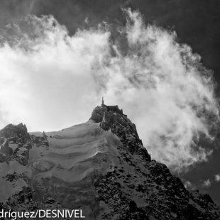 La Aiguille du Midi vista desde Chamonix.  (© Darío Rodríguez/DESNIVEL)