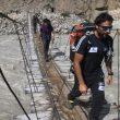 Álex Txikon cruzando un puente artesano en la expedición Torres del Trango 2014  (Álex Txikon)