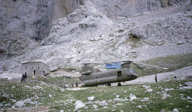El helicóptero Chinook que transportó parte del material para la ampliación de 1990 posado junto al edificio original.