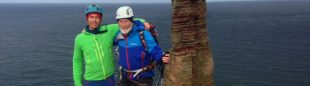 Chris Bonington y Leo Houlding tras escalar el Old Man of Hoy  (Berghaus)
