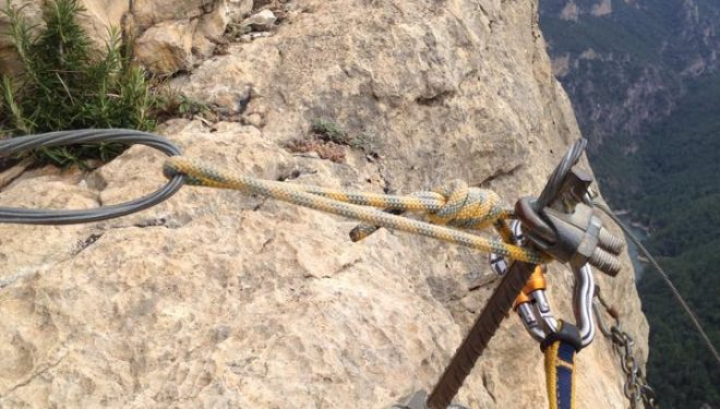 Un cordino une el cable de seguridad al clavo.  (Cristina Galofre)