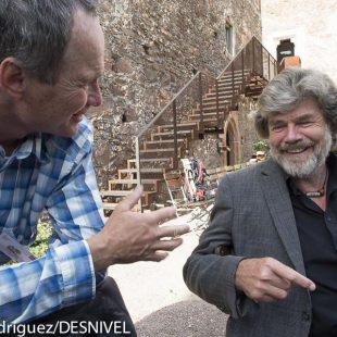 Marko Prezelj y Reinhold Messner conversan en el International Mountain Summit 2014.  (© Darío Rodríguez/DESNIVEL)