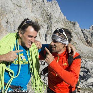 Luis Alberto y Carlos Suárez  bromean antes de comenzar la escalada del Espolón de los Franceses