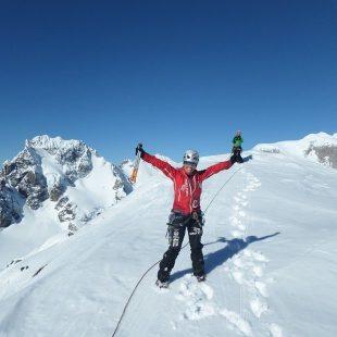 Una de las componentes del Equipo Femenino de Alpinismo (EFA) abre Jaque Mate (650m 80º/M6) en una torre virgen de la Cordillera Cochrane