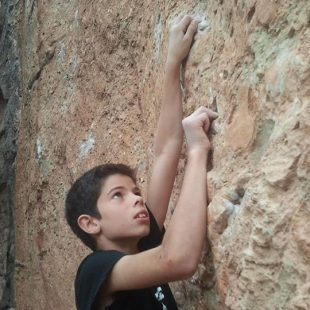Lluc Macià (10 años) en Sprint final 8a+ de Montserrat (David Macià)