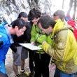 Dave MacLeod consulta la topo de Burgkofel St. Lorenzen con algunos participantes en el Gore-Tex Climbing Day de la IMS 2014  (Isaac Fernández / Desnivel.com)