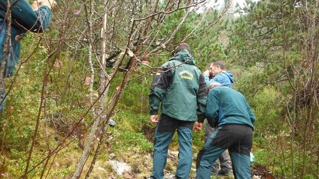Miembros del Grupo de Rescate en Montaña de la Guardia Civil de Boltaña en el lugar donde se encontraron los restos.  (Guardia Civil)