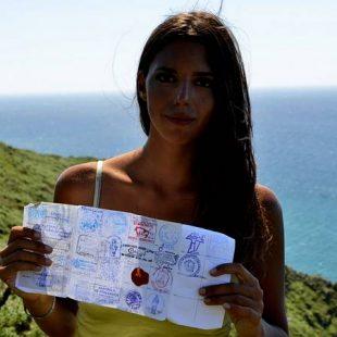 Lena Waterfeld enseña su credencial llena de sellos del Camino del Norte.  (Jorge Parri (La Voz de Galicia))