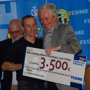 Mikel Zabalza recogiendo el premio de Alpinismo Extraeuropeo