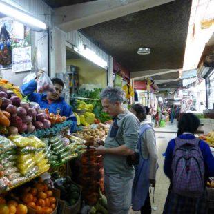 Mariano Rueda en el mercado de Huaraz.  (Julio Eduardo Altamirano)