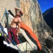 Tommy Caldwell visualiza lo que queda de vía en el Dawn Wall (Yosemite)  (Corey Rich)