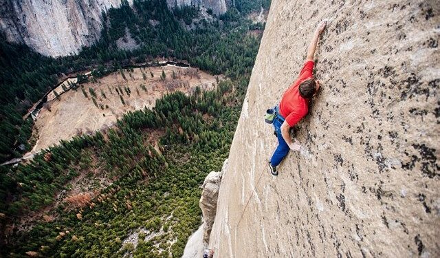 Tommy Caldwell escalando la Wino Tower en el Dawn Wall (Yosemite)  (Corey Rich)