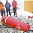 Los miembros de la expedición de Carlos Soria comprueban el funcionamiento de la cámara hiperbárica antes de subirla a los campos de altura del Annapurna. La cámara hinchable sirve para simular un descenso de altura en caso de accidente