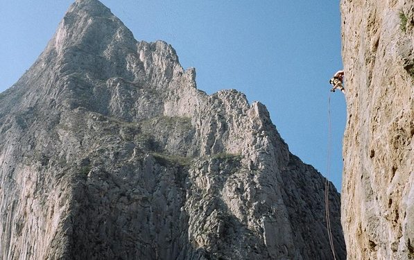 El Toro (al fondo) y un escalador en Mota Wall