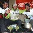 Alex Txikon en el campo base del Nanga Parbat (invierno 2015) con el staff expedición.  (© Alex Txikon)