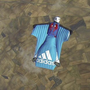 Darío Barrio volando con su traje de alas  (c) Armando del Rey)
