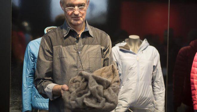 Manuel Baquero nos muestra una de las novedades Mammut presentadas en la Ispo2015  (©Darío Rodríguez)